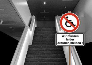 """steile Treppe, davor Verbotsschild für Rollstuhlfahrende mit Unterschrift """"Wir müssen leider draußen bleiben"""""""